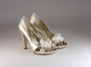 Scarpa donna elegante da sposa e cerimoniain pelle oro con applicazione a coccarda asportabile Penrose cod.4108C8