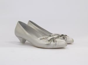 Scarpa elegante da donna e cerimonia sposa in pelle bianca con applicazione fiocchetto e cristalli Ferracuti Art. 6025