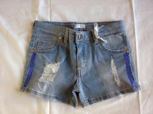 Short di jeans con applicazioni blu