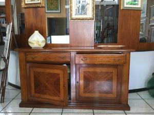 Credenza Con Intarsi : Credenza di legno con porte e cassetti intarsi in gomma lacca