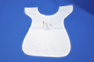 Vestina del Battesimo con ricamo a forma di fonte e colomba