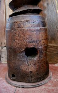 Lampada vintage su torchio in legno