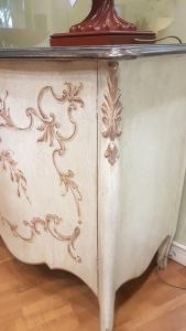 Madia Grifoni in legno ante a battente decorata a mano