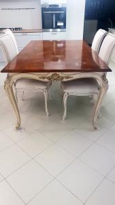 Tavolo Chelini in legno di ciliegio lucido gambe intarsiate