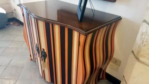 Mehrfarbiges Grange Sideboard mit Pomadure Modell und zwei Schwingtüren