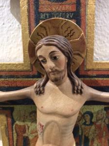 Crocifisso da parete in legno colorato 32 x 23 cm