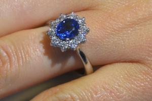 Anello zaffiro blu e diamanti