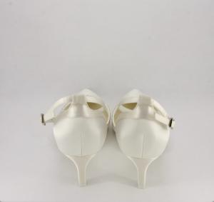 Scarpa sposa in raso avorio con applicazione cristalli e cinghietta regolabile alla caviglia.