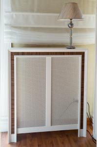 Copritermosifone moderno artigianale MONTE in legno di frassino