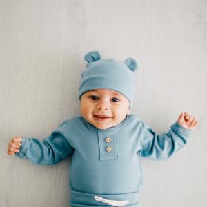 Cappellino con orecchie azzurro in cotone biologico
