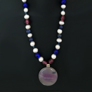Collana perle e pietre dure colorate.