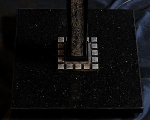 Piantana artigianale moderna ELIOS a una luce con colonna in legno e base in granito
