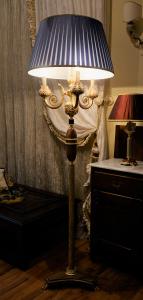 Piantana artigianale classica ZEUS a tre bracci con base e colonna in ulivo ed ottone