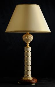 Lampada da tavolo artigianale classica PROMETEO in pietra leccese e legno di Kevazingo