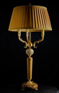 Lampada da tavolo artigianale classica PROMETEO a tre bracci con base e colonna in ulivo