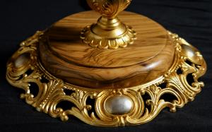 Lampada da tavolo artigianale classica EFESTO a cinque bracci con base e colonna in ulivo ed ottone