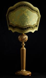 Lampada da tavolo artigianale classica ERA in legno di ulivo e paralume in seta