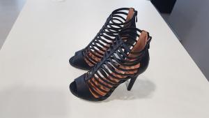 Sandalo in pelle con strisce