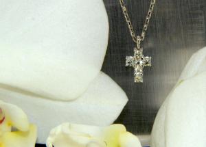 Collana in Oro con Croce e Diamanti