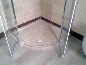 Piatto doccia angolare in marmo di Orosei