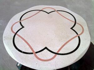 Tavolino da soggiorno in marmo con intarsi colorati
