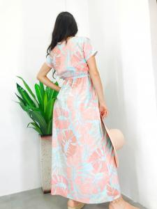 Abito donna lungo in fantasia foglie verde e rosa con mezza manica cintura a fascia in vita e spacco frontale realizzato in Italia TG unica