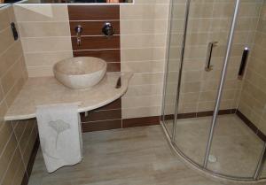 Piatto doccia, piano bagno e lavabo in marmo