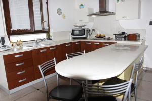 Top cucina in marmo con annessa penisola