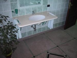 Piano bagno in marmo calizia con fori portasciugamano