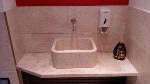 Parete bagno, piano bagno e lavabo in marmo di Orosei