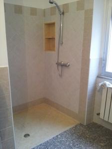 Piatto doccia filo pavimento in marmo giallo egiziano