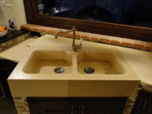 Lavello su massello in marmo giallo egiziano a due vasche