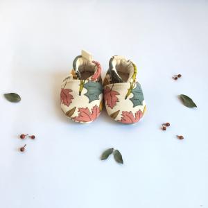 Scarpine neonato fantasia foglie in cotone biologico
