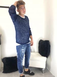 Jeans uomo cedilla cavallo basso stretto al fondo in lavaggio blu denim con sbiadite e strappi lievi