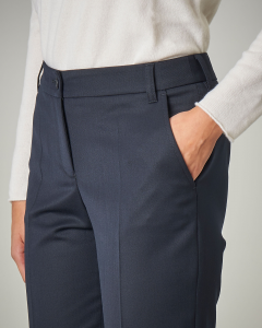 Pantaloni blu a sigaretta con piega
