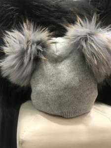 Cappellino donna in lana misto cashmere con doppio pon  pon in vera pelliccia staccabile