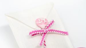 Busta in lino bianca con palloncino con iniziale rosa