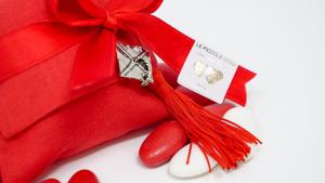 Pochette in lino rossa, fiocco rosso e tocco in metallo