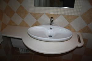 Piano bagno in marmo Calizia sagomato con foro portasciugamano