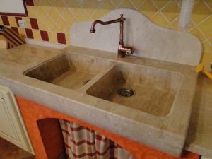 Lavello da cucina in marmo realizzato su massello