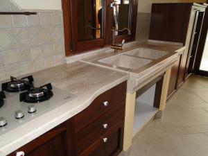 Top cucina in marmo con lavello realizzato su massello anch'esso in marmo