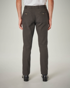 Pantalone chino marrone con una pinces