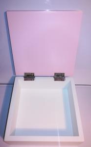 Scatola in legno rosa e bianca con sagoma orsetto