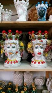 Testa di moro donna bianco antico h50 ornata ai lati con frutta
