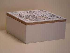 Scatola Portagioie in legno bianca con decoro foglia stile Shabby Chic cm.18x18x8,3h