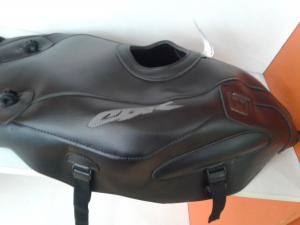 Copriserbatoio di colore nero,con logo ricamato per CBR600RR 2005/06