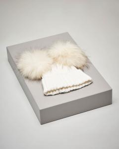 Berretto avorio in maglia con doppio pon pon in pelliccia