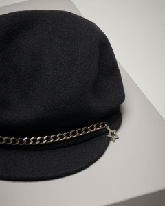 Basco nero con catena