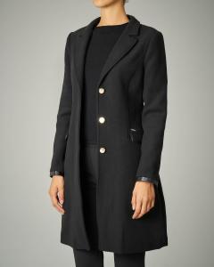 Cappotto nero sfiancato con collo in eco pelliccia e cintura