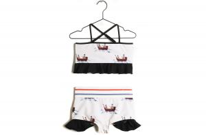 Costume da bagno bianco con stampe barche e volant neri